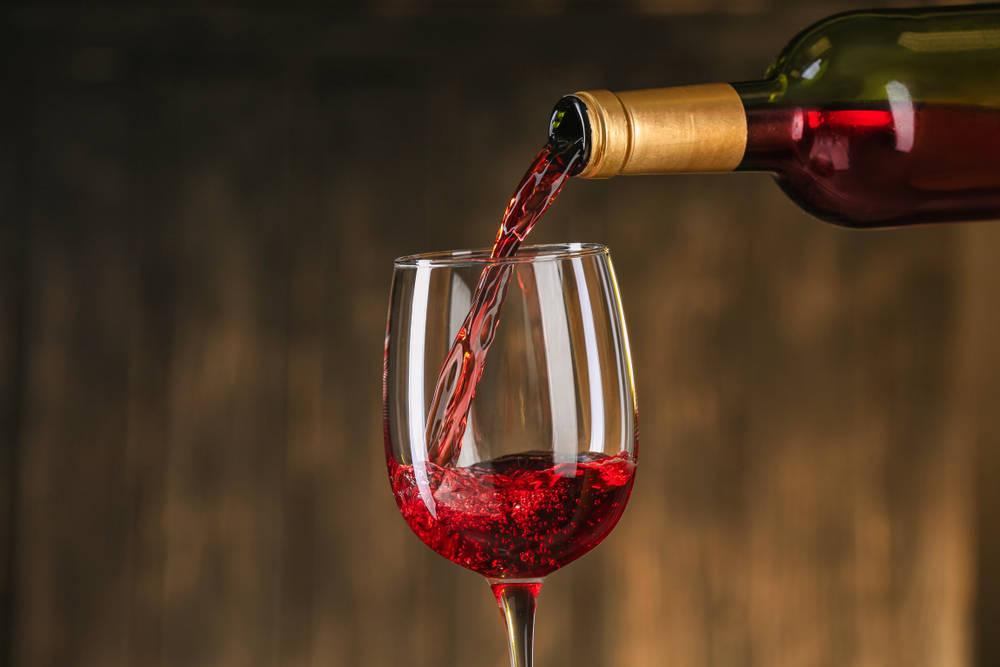 El vino y su relación con el grabado de copas de cristal